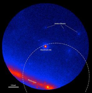 Der Gammahimmel im Umfeld des Blazars PKS B1424-418, aufgenommen mit dem LAT-Detektor an Bord des Fermi-Gammastrahlungsobservatoriums. Die Farben zeigen die Intensität der Gammastrahlung. Der gestrichelte Kreis zeigt den Wahrscheinlichkeitsbereich am Himmel, in dem das Big-Bird-Neutrinoereignis stattgefunden hat (50% Konfidenz-Level). Links: Fermi-LAT-Daten, gemittelt über 300 Tage um den 8. Juli 2011, während denen der Blazar nicht aktiv war. Rechts: Fermi-LAT-Daten, gemittelt über 300 Tage um den 27. Februar 2013, während denen PKS B1424-418 den hellsten Blazar in diesem Bereich des Himmels darstellte. (Bild: NASA/DOE/LAT-Kollaboration