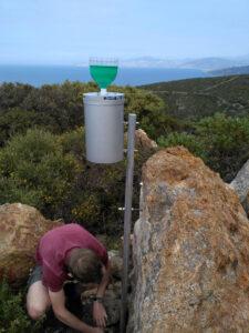 Doktorand Tobias Juhlke installiert hier einen Regensammler. In diesem wird Niederschlagswasser gesammelt, das für Isotopenanalysen verwendet wird. (Bild: Robert van Geldern)