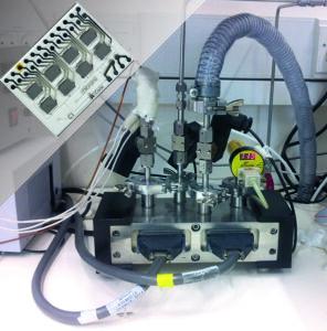 """Bereits in einem früheren Projekt (www.LCaos.eu) haben die Erlanger Wissenschaftler zusammen mit ihren israelischen Kollegen intelligente Sensorarrays entwickelt, die komplexe Gasgemische analysieren können: Die eigentlichen Sensoren sind auf einem chipähnlichen Träger platziert (oben links) und die Auswertung der Gasgemische erfolgt durch den Aufbau im großen Bild und mittels weiterer, hier nicht abgebildeter Elektronik. In dem neuen Projekt CC-Sens wollen die Forscher nun solche Sensorelemente miniaturisieren und mitsamt der dafür benötigten Auswerteelektronik auf einzelne Halbleiterchips integrieren. Diese neuen und hochintegrierten Sensoren werden dabei auch noch weit mehr aktive Sensorfelder erhalten, als die alten hier abgebildeten Vorläufertypen (die acht Rechtecke auf dem """"Träger"""" oben links). (Bild: Technion / Laboratory for nanomaterial-based devices)"""