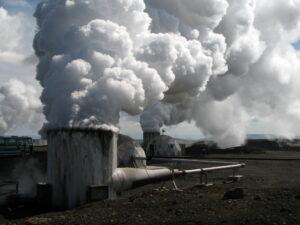 Die sogenannte tiefe Geothermie – hier eine Anlage in Island – eignet sich um ganze Stadtviertel zu beheizen. (Bild: FAU/Wolfgang Bauer)
