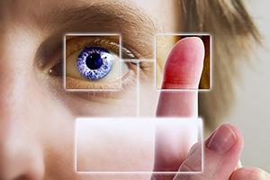 Ein bearbeitetes Foto einer Gesichtshälfte mit einem lila Auge, im Vordergrund Zeigefinger und Daumen