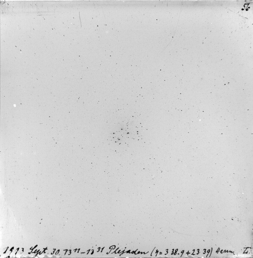 Eines der ersten, noch experimentellen Foto-Negative der Dr.-Remeis-Sternwarte: die Plejaden, landläufig bekannt als Siebengestirn, aufgenommen am 30. September 1913 auf einer 12 mal 12 Zentimeter großen Fotoplatte. Die Astronomen nutzen grundsätzlich für ihre Himmelskartierungen Negative, daher erscheinen die Himmelsobjekte als schwarze Punkte. (Bild : FAU/APPLAUSE)