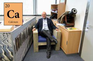 Prof. Dr. Sjoerd Harder in seinem Büro.